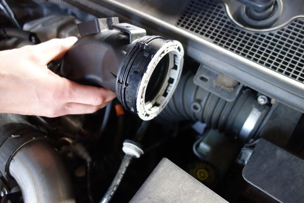René Schindler zeigt, wo der Twist-Steckverbinder im Motorraum genau eingesetzt wird.