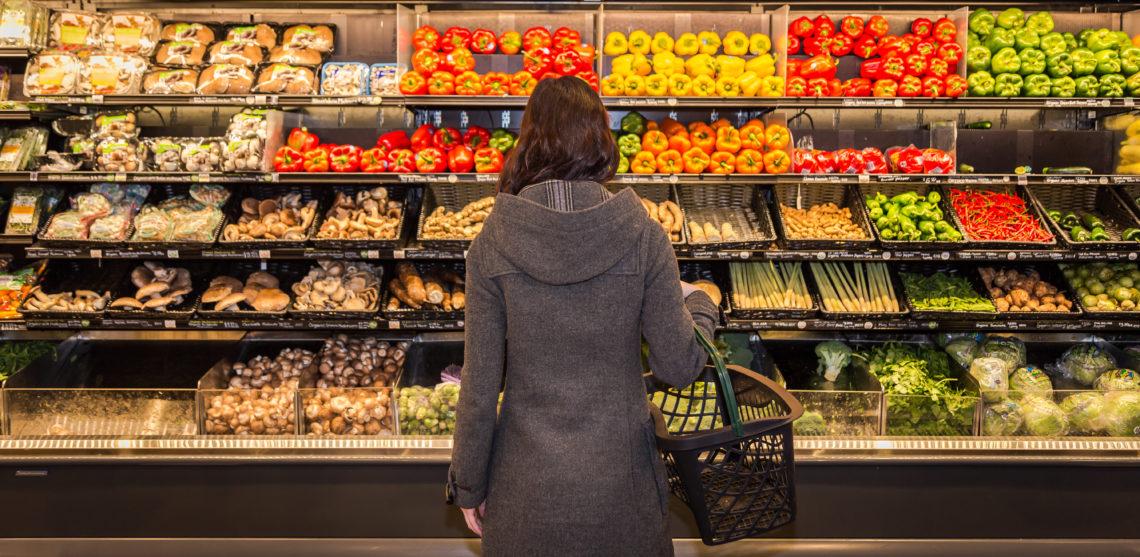 Eine Frau steht in einem Lebensmittel-Discounter.