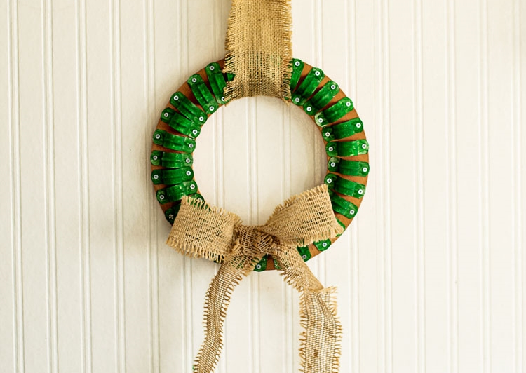 Check out this fun industrial Christmas decor idea – it's a Clamp Christmas Wreath! Maryann from the DIY blog www.domestically-speaking.com came up with this great idea. Of course, you can also use our SQ Retaining Clips or BS Fixing Clips.