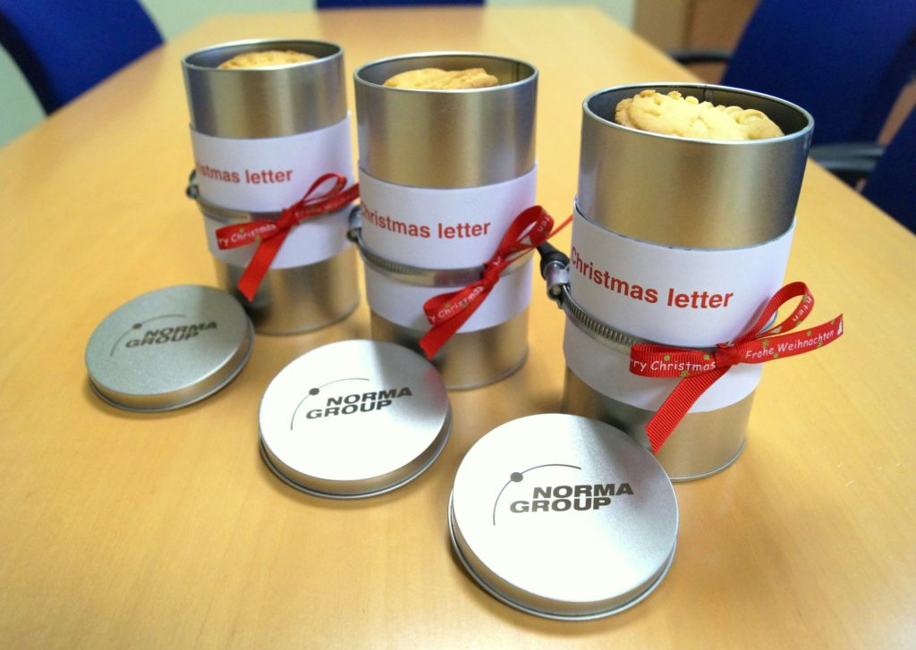 Aren't they nice? The team of our distribution center in Marsberg, Germany, baked those cookies for our customers and wrapped them in tins with Christmas letters.