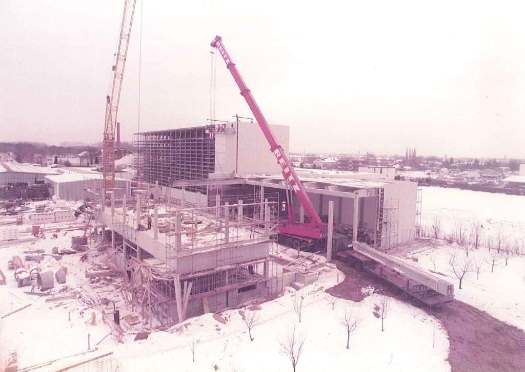 Rückblick, Nummer 1: Das Foto zeigt Bauarbeiten im verschneiten Februar des Jahres 1985. Damals wurden das Lager und die Versandhalle an unserem Firmensitz in Maintal gebaut.