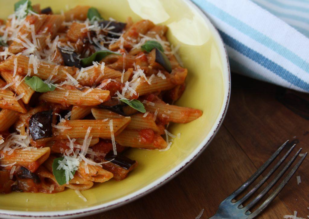 """Magst Du Pasta? Wir auch! Dieses sizilianische Gericht heißt """"Pasta alla Norma"""". Aber keine Sorge: Wir haben keines unserer NORMA-Produkte als Zutat hinzugefügt."""