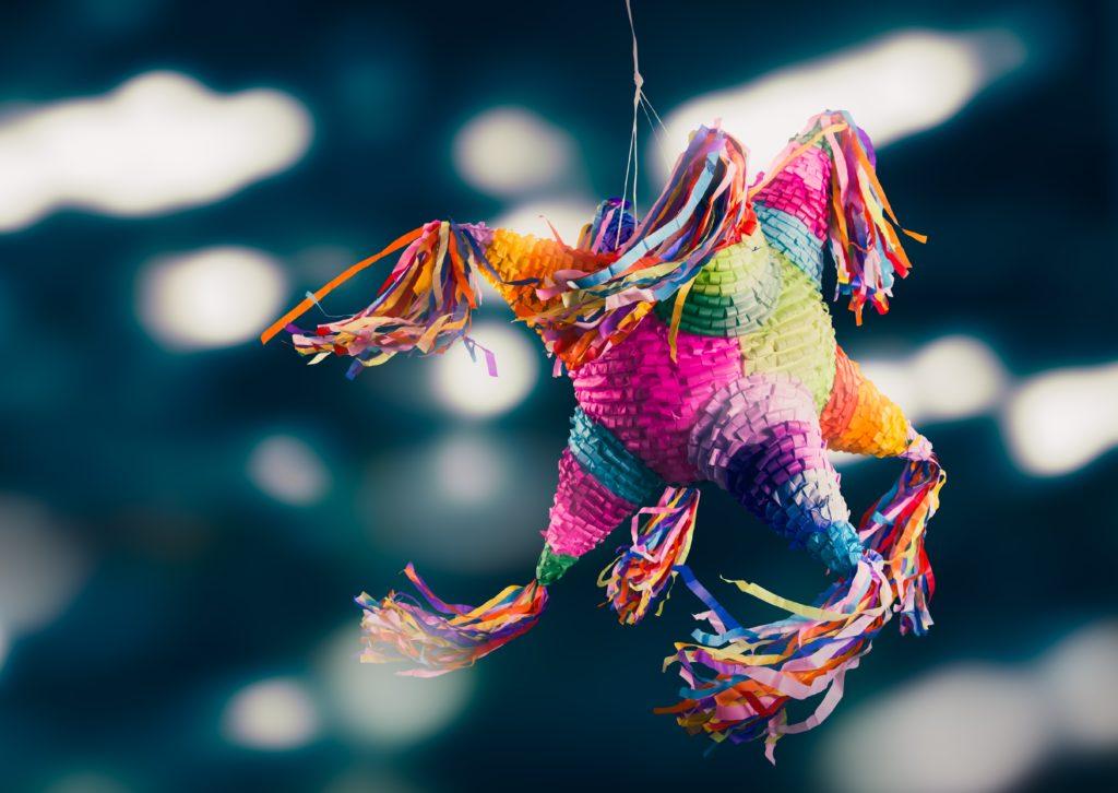In Mexiko ist die Piñata ein besonders wichtiger Teil des Weihnachtsfestes. Das ist ein mit Sternen und Figuren dekoriertes Tongefäß, das mit Früchten und Süßigkeiten gefüllt ist. Die Piñata wird aufgehängt und die Kinder versuchen sie mit verbunden Augen zu zerschlagen.