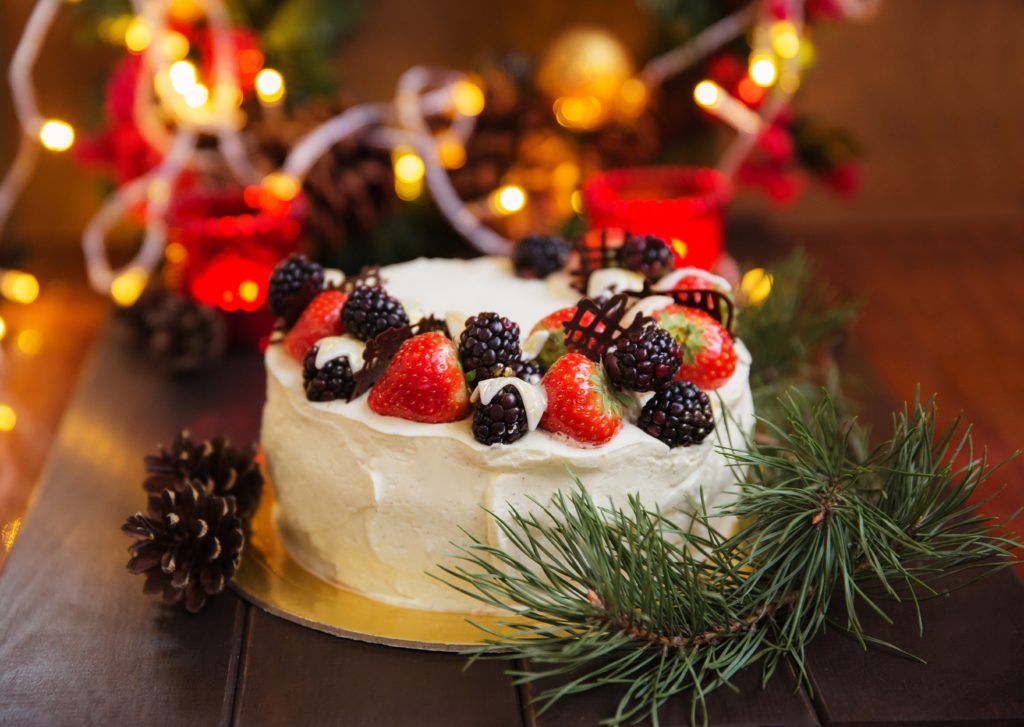 In Australia, the Christmas dessert is often traditional Pavlova, a cream meringue pie with delicious fresh fruit. In keeping with British tradition, gift giving also takes place on the morning of 25 December.
