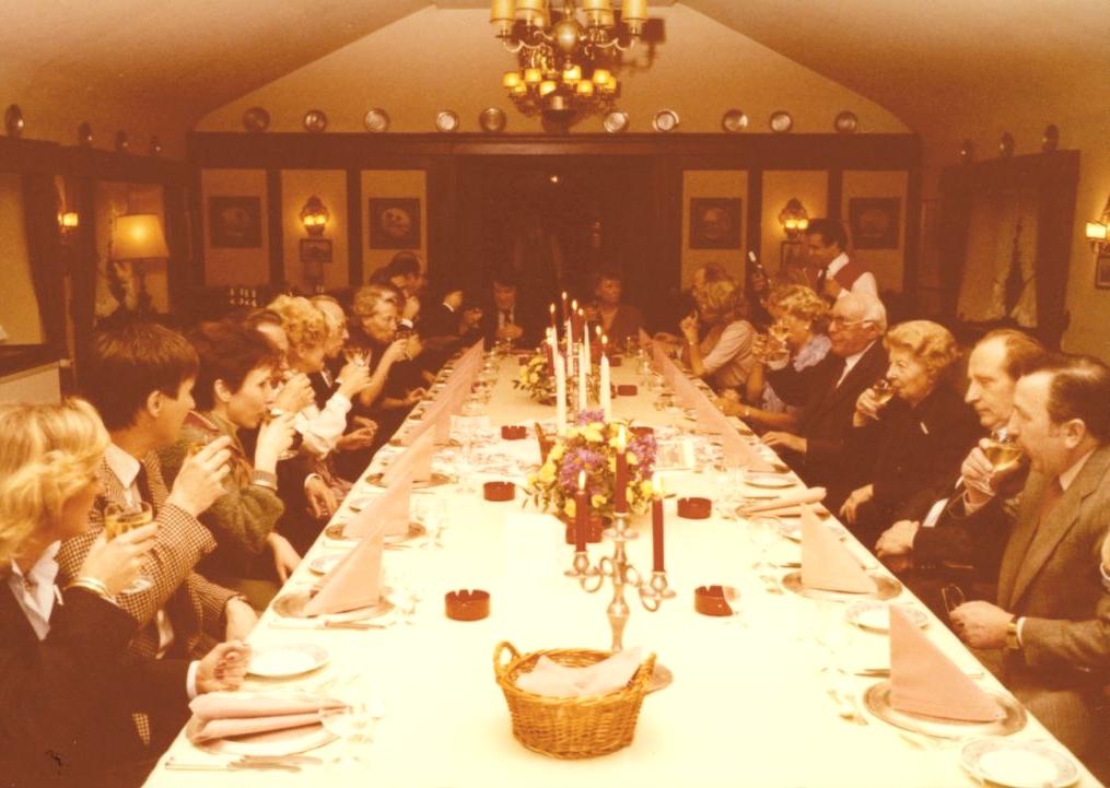 Rückblick, Nummer 2: Früher wusste man noch, wie Feste gefeiert werden. Auch Weihnachtsfeiern. Das Foto zeigt eine Feier von Ove Skafte Rasmussen, dem Gründer der Rasmussen GmbH, in Maintal. Absolut stilecht.
