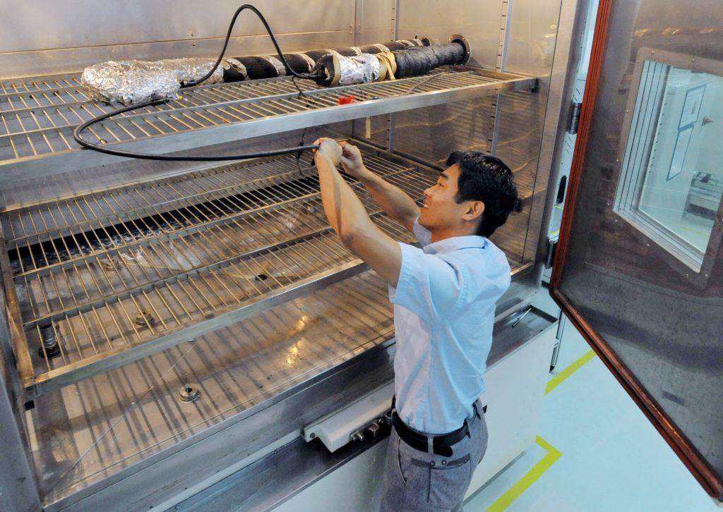 Nein, wir backen keine Plätzchen an Weihnachten!  In unseren Öfen, die in unseren Testlaboren weltweit stehen, testen wir unsere Leitungen aus Kunststoff – so wie hier in Changzhou in China. Das garantiert uns, dass sie auch lange und zuverlässig funktionieren.