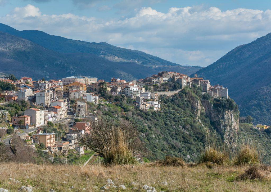 Willkommen in Norma! Das sagen nicht nur wir, sondern auch die Bewohner der gleichnamigen italienischen Stadt. Dort befindet sich auch der Garten von Ninfa, in einem ehemaligen Sumpfgebiet südlich von Rom. Er zählt zu den schönsten und romantischsten Gärten der Welt.