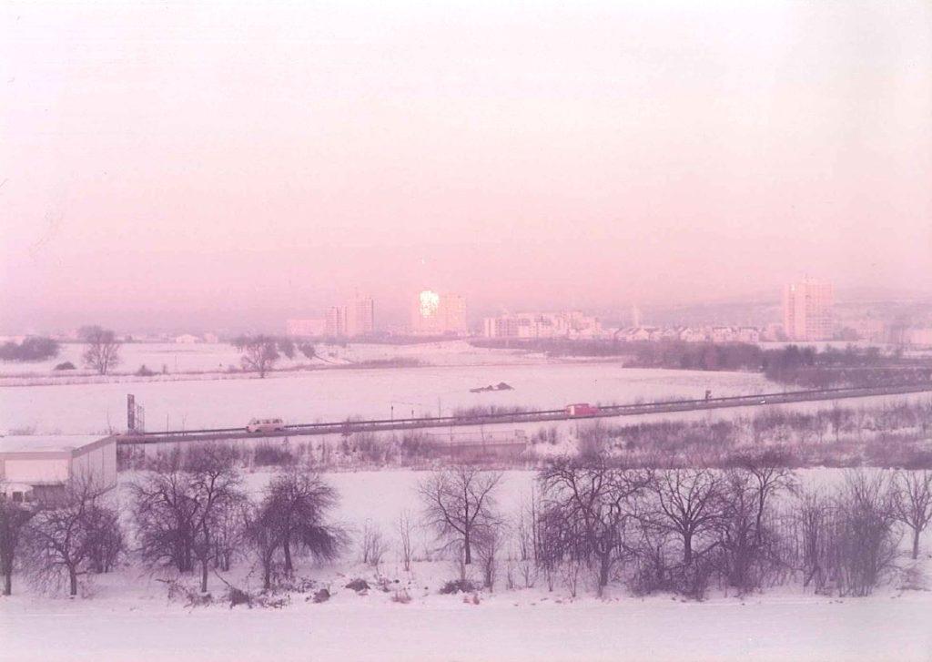 Rückblende, Nummer 3: Was für eine schöne weiße Winterkulisse! So sah der Blick 1984 von unserer Firmenzentrale in Maintal in Richtung Frankfurt am Main aus.