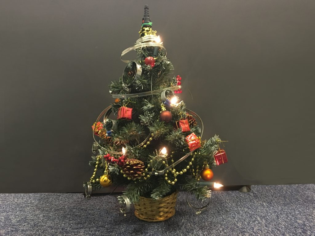 """""""Strahlend, wie ein schöner Traum / Steht vor uns der Weihnachtsbaum / Seht nur, wie sich goldenes Licht / auf der zarten Kugeln bricht / """"Frohe Weihnacht"""" klingt es leise / und ein Stern geht auf die Reise / Leuchtet hell vom Himmelszelt / Hinunter auf die ganze Welt"""""""