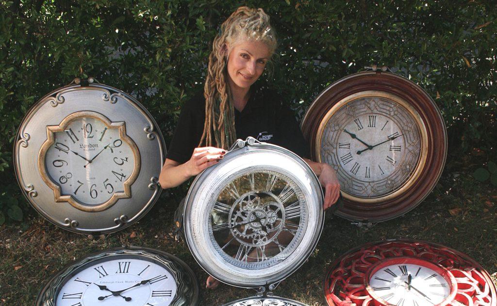 Karolina Olszanska mit ihren Uhren, die sie aus NORMA Group-Produkten gefertigt hat.
