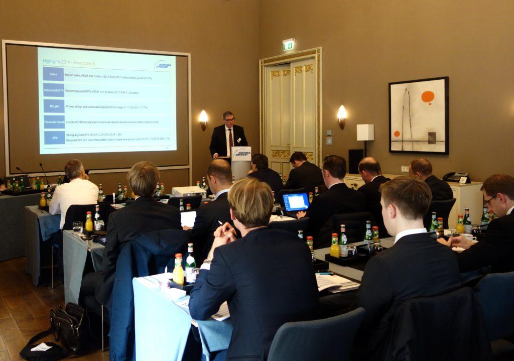 Werner Deggim präsentiert die Jahresergebnisse auf der Analystenkonferenz 2015.