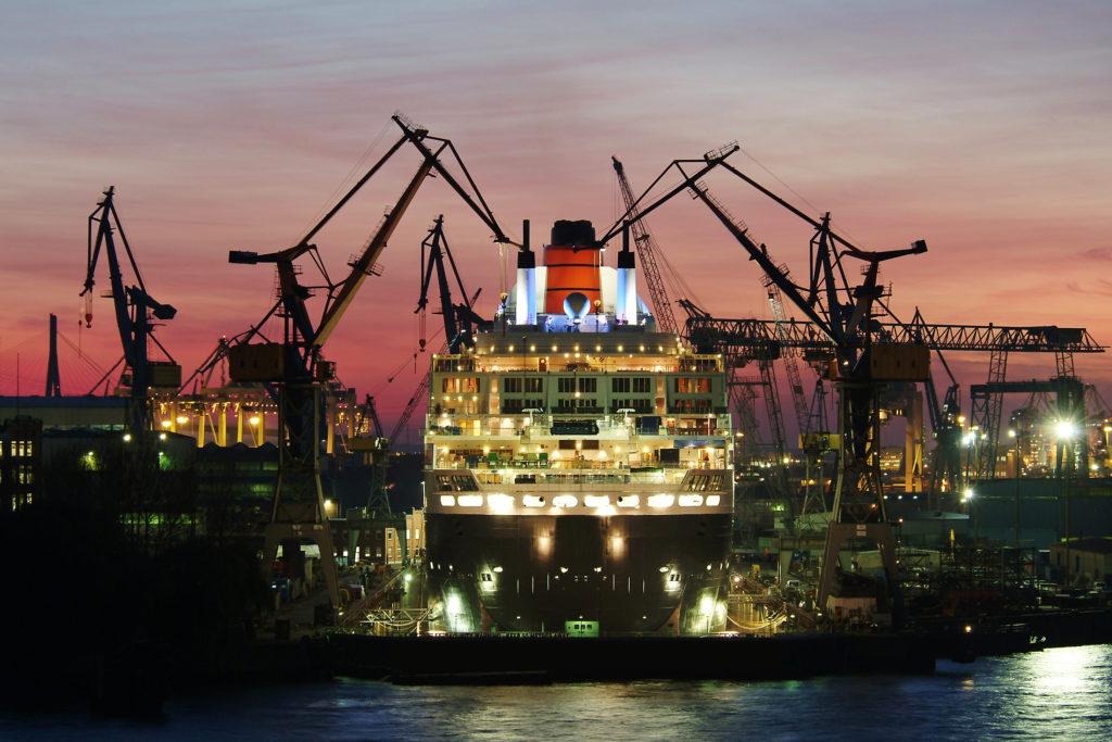 Die Queen Mary 2 liegt fest vertäut im Hamburger Hafen.