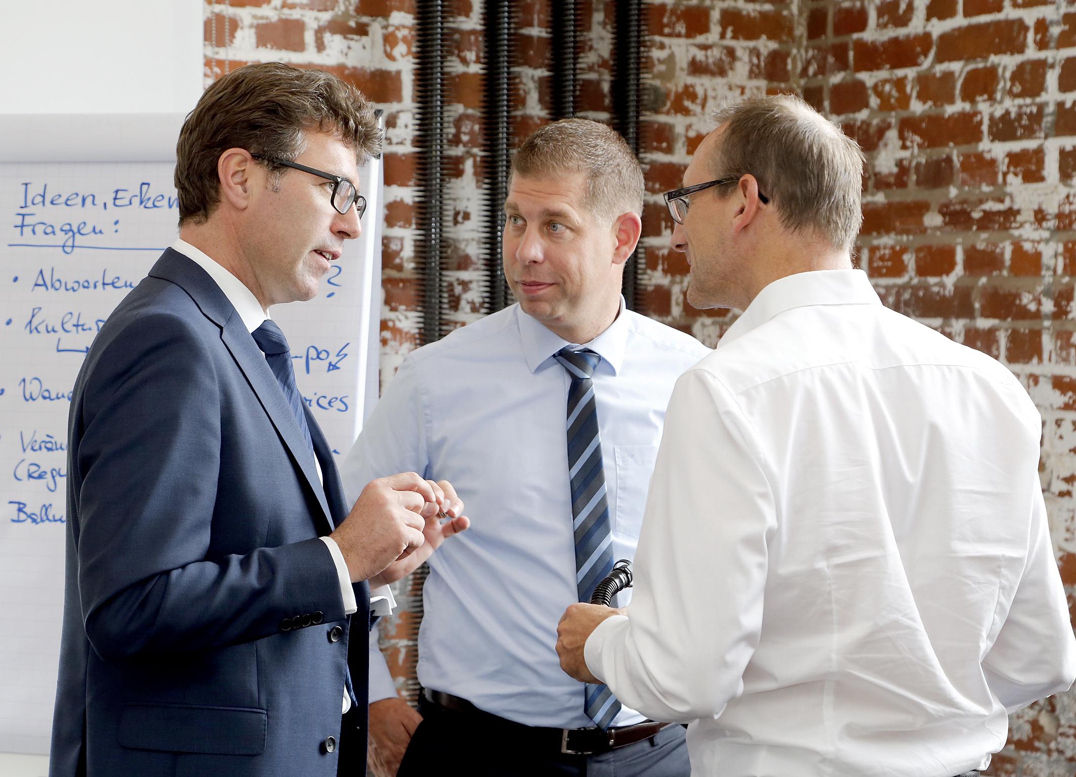 Vorstandsvorsitzender Bernd Kleinhens im Gespräch mit Teilnehmern
