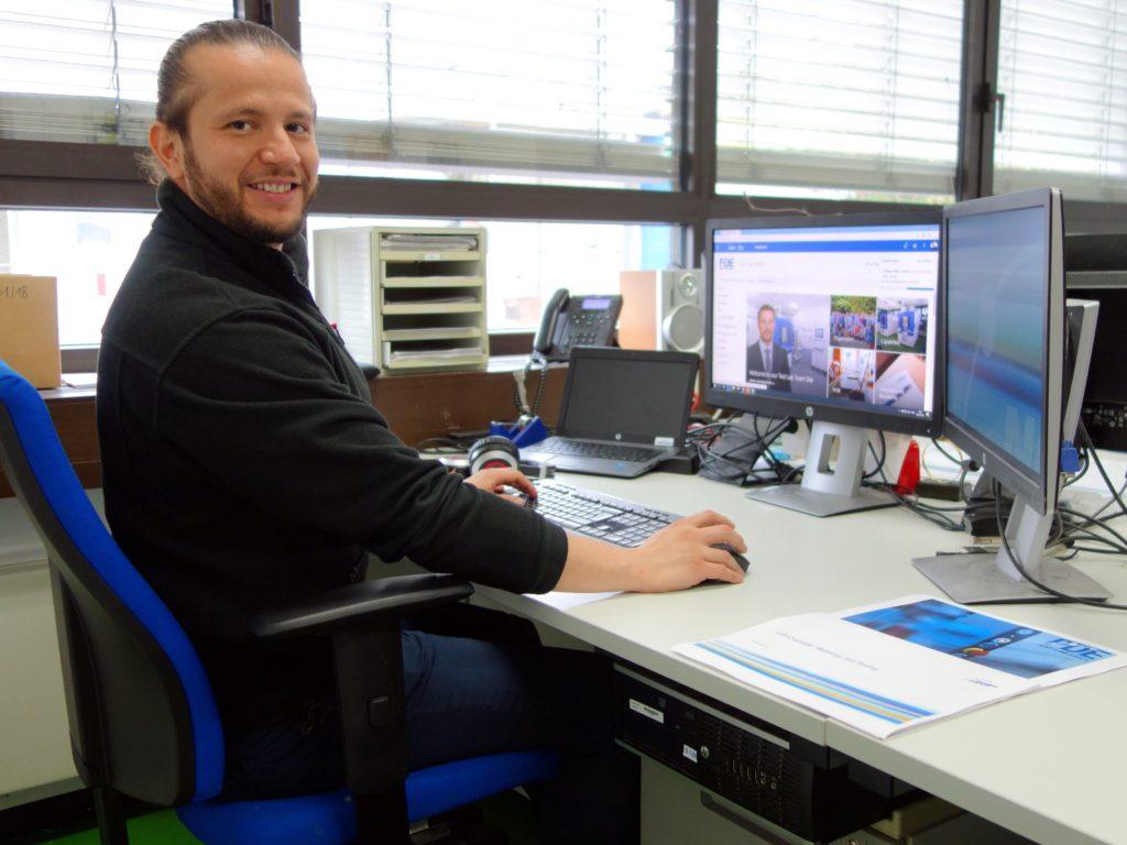 PC-Arbeit gehört ebenso zum Alltag wie die Arbeit im Labor und der Dialog mit Kollegen.