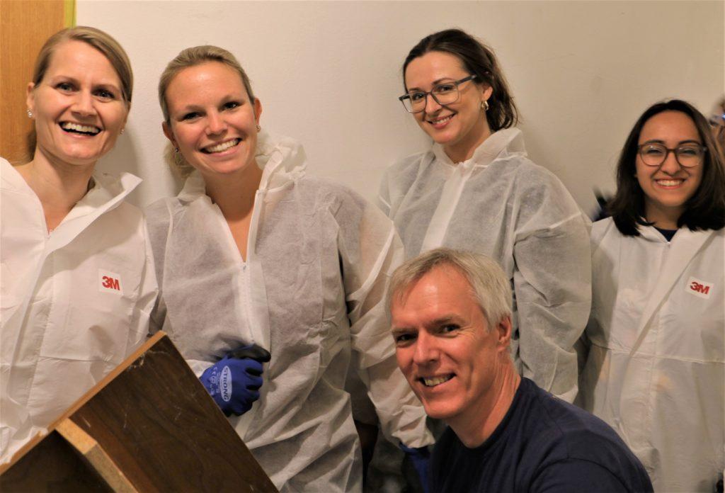 Vier Kollegen und ich (letzte Person rechts) in unseren speziellen Maleroveralls