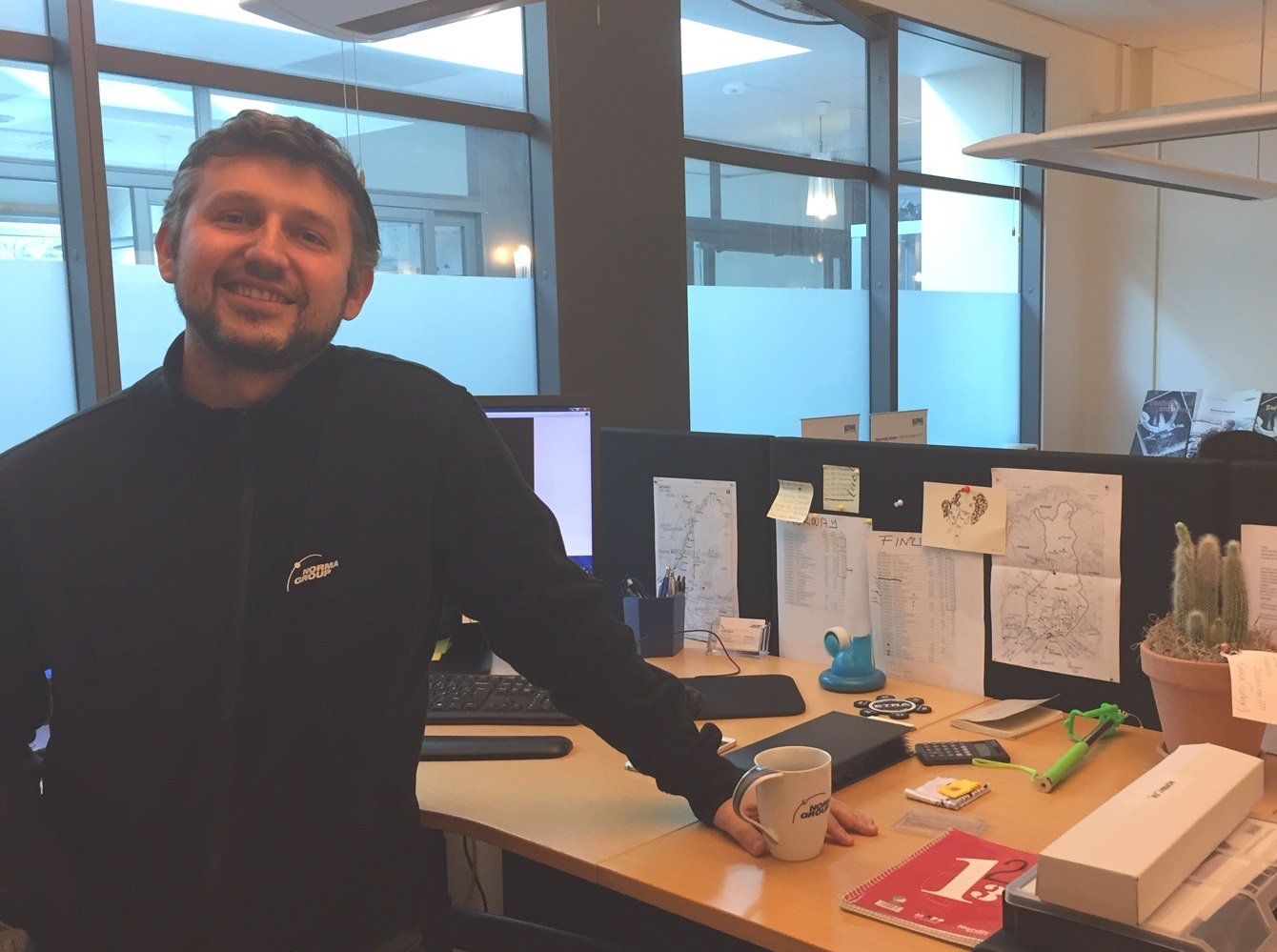 Baran Yücetin an seinem Schreibtisch in Anderstorp, Schweden