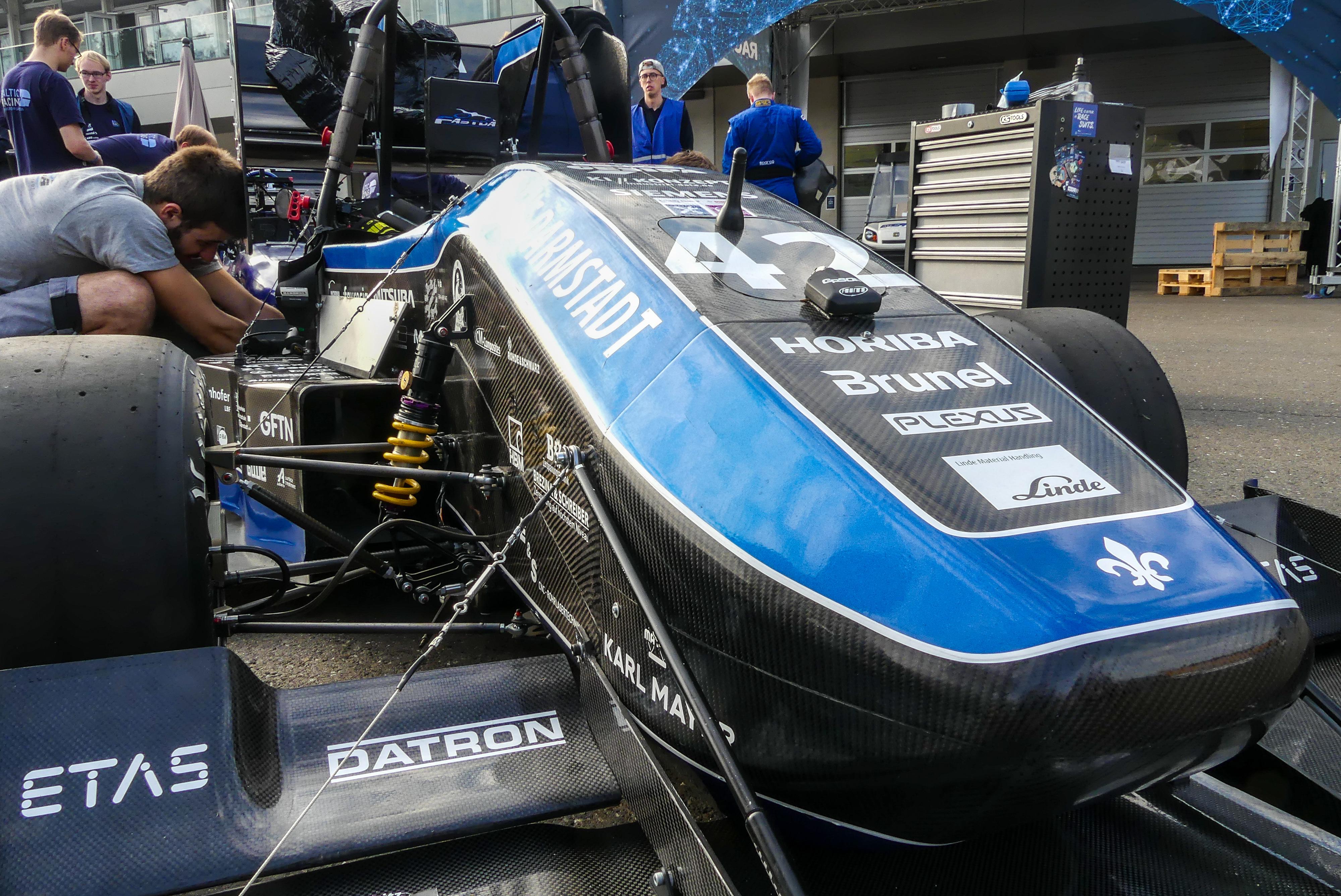 Die letzten Handgriffe am F19 im österreichischen Spielberg bei der Formula Student Austria