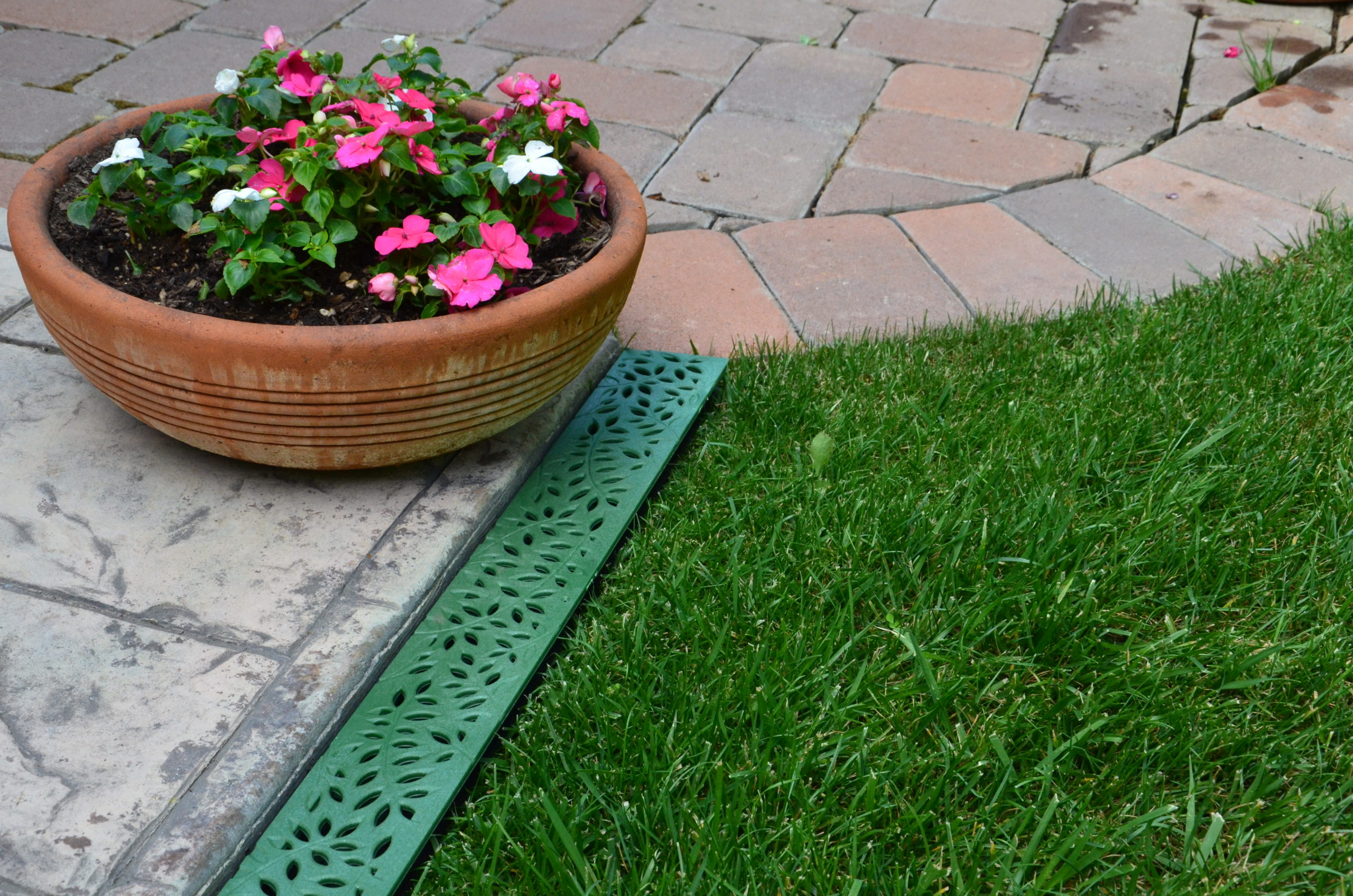 Eine Mini-Entwässerungsrinne kann schnell kleinere Mengen Wasser abführen