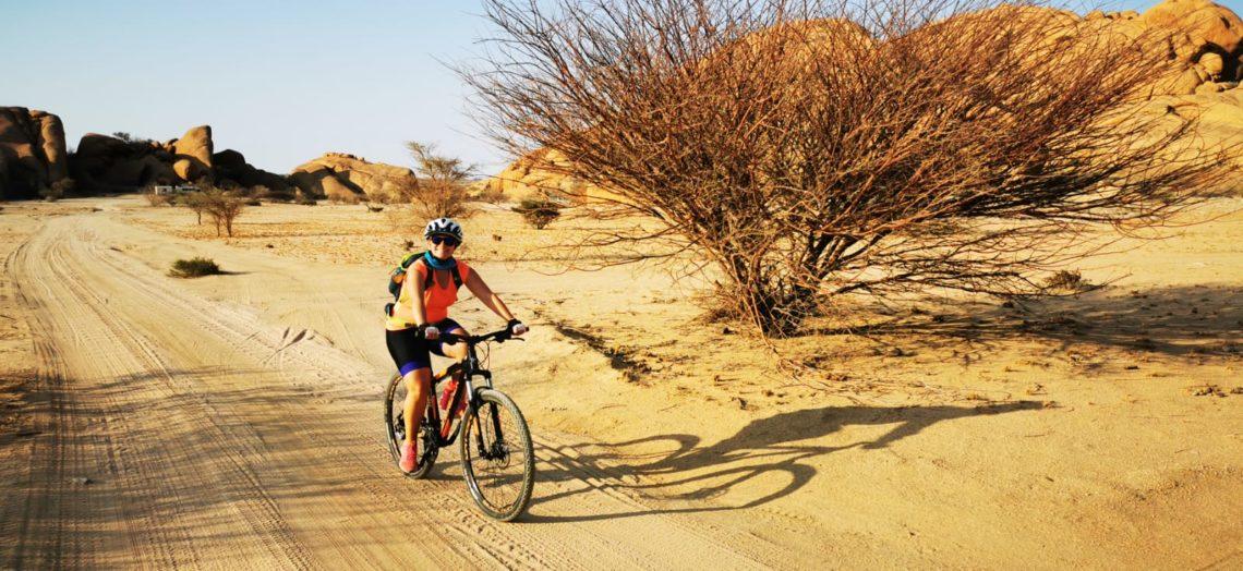 Ricarda während einer Mountainbike-Reise durch Namibia