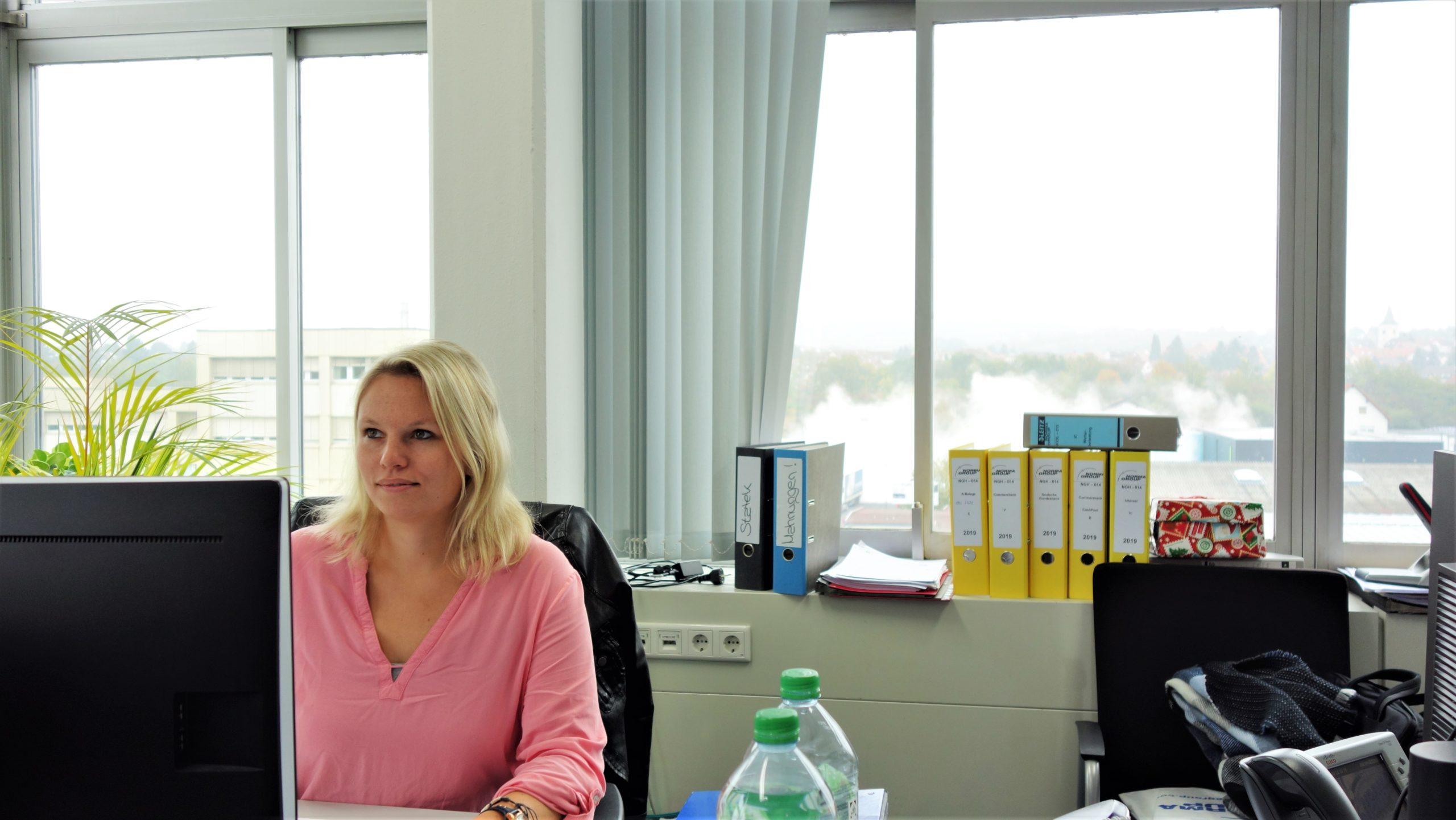 Ricarda an ihrem Schreibtisch