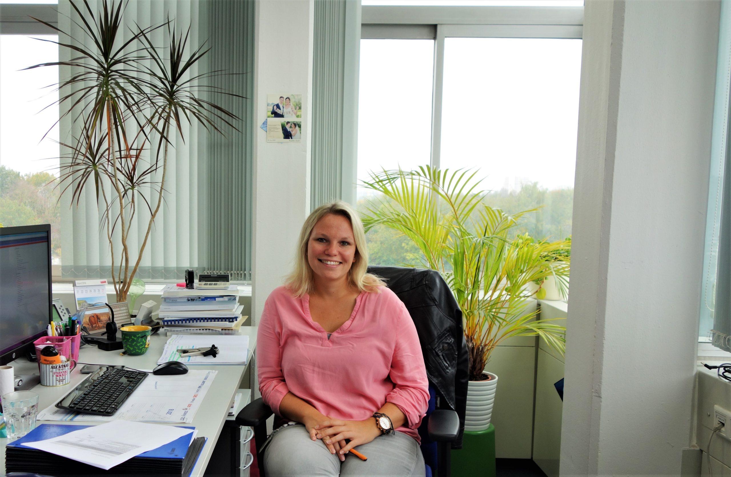 Ricarda in ihrem hellen Büro, hier darf ihre Lieblingsfarbe Rosa nicht fehlen